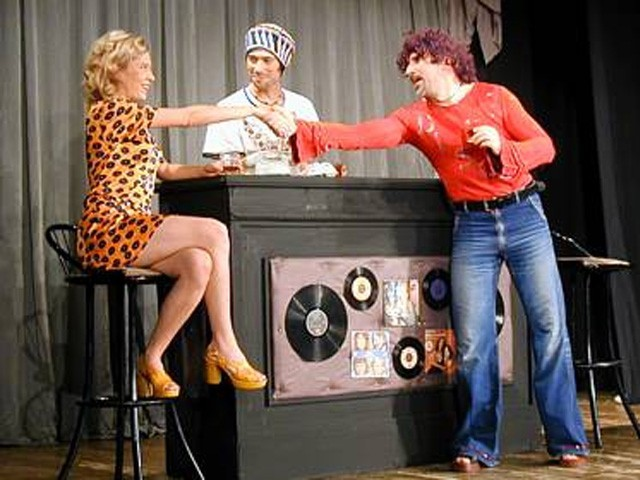Samo 400 din predstava u pozorištu Slavija - PERVERZIJE U ČIKAGU! Zavirite u lude sedamdesete uz ovu urnebesnu komediju!